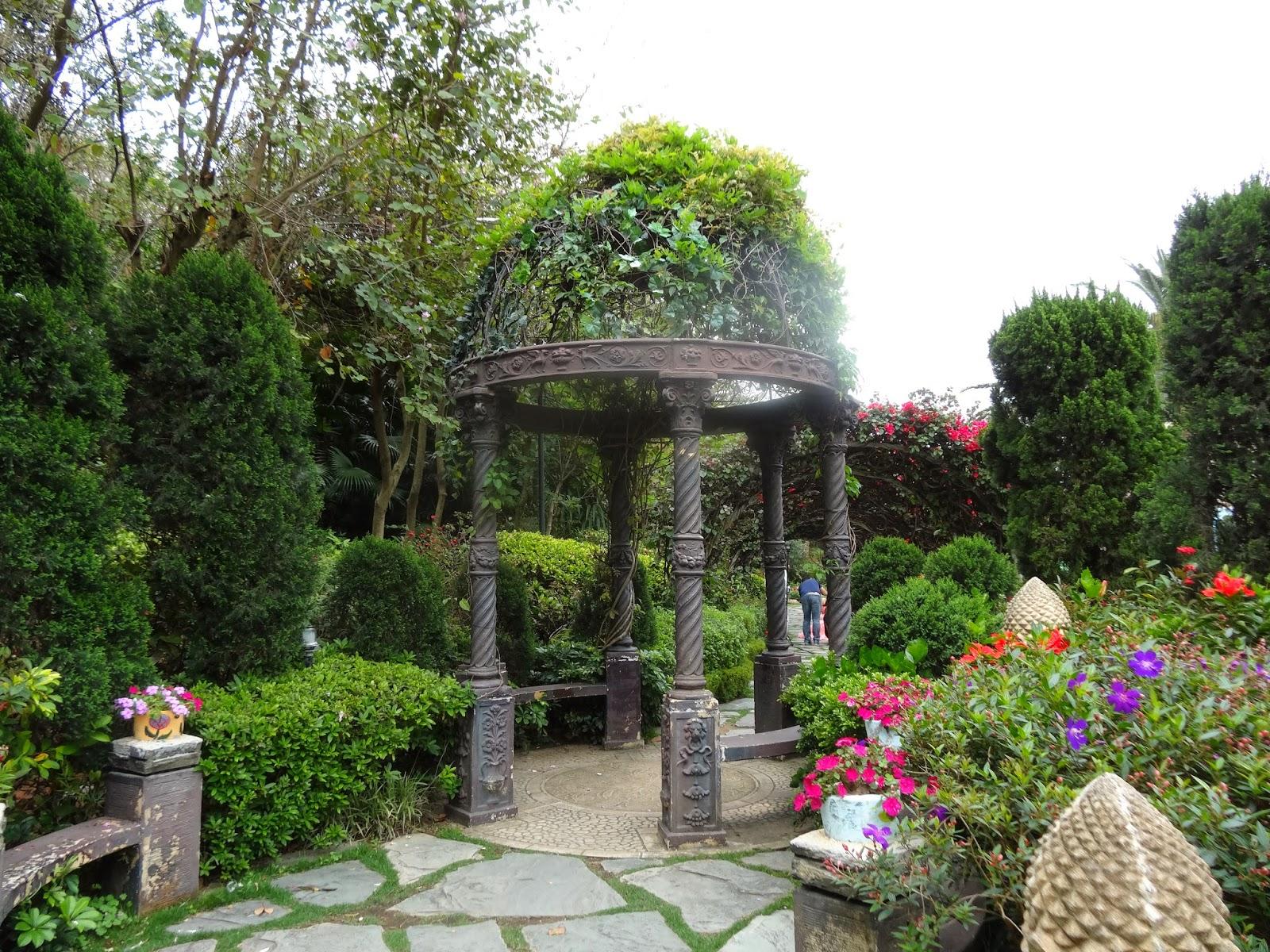 馬灣公園亦有金屬涼亭,但設計上則是裝飾的folly(具浪漫風格的涼亭),半圓拱形通花頂,加上大量藤蔓植物,漂亮但欠實際功能。