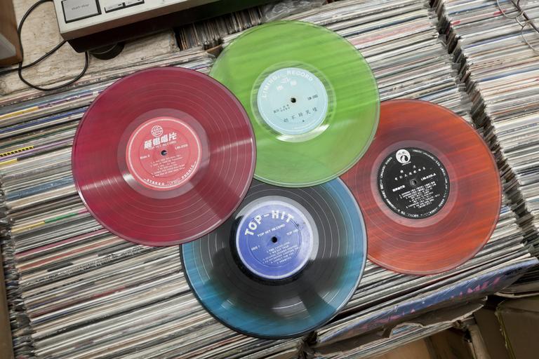 台灣生產的翻版黑膠,以彩色為主,招紙上更註明翻版唱片的公司名字,甚為明目張膽。
