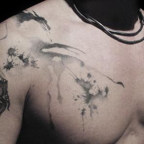詩意盎然,你有興趣試山水潑墨式紋身嗎?