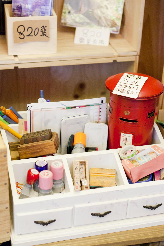 明信片櫃旁設有文具,讓你在咖啡香氣中撰寫明信片,更可由店代寄。