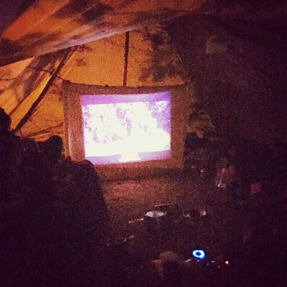 新生代露營不止BBQ和營火會,是融合各式新玩意,有人更會帶手提投影機舉行小型文藝電影播放。