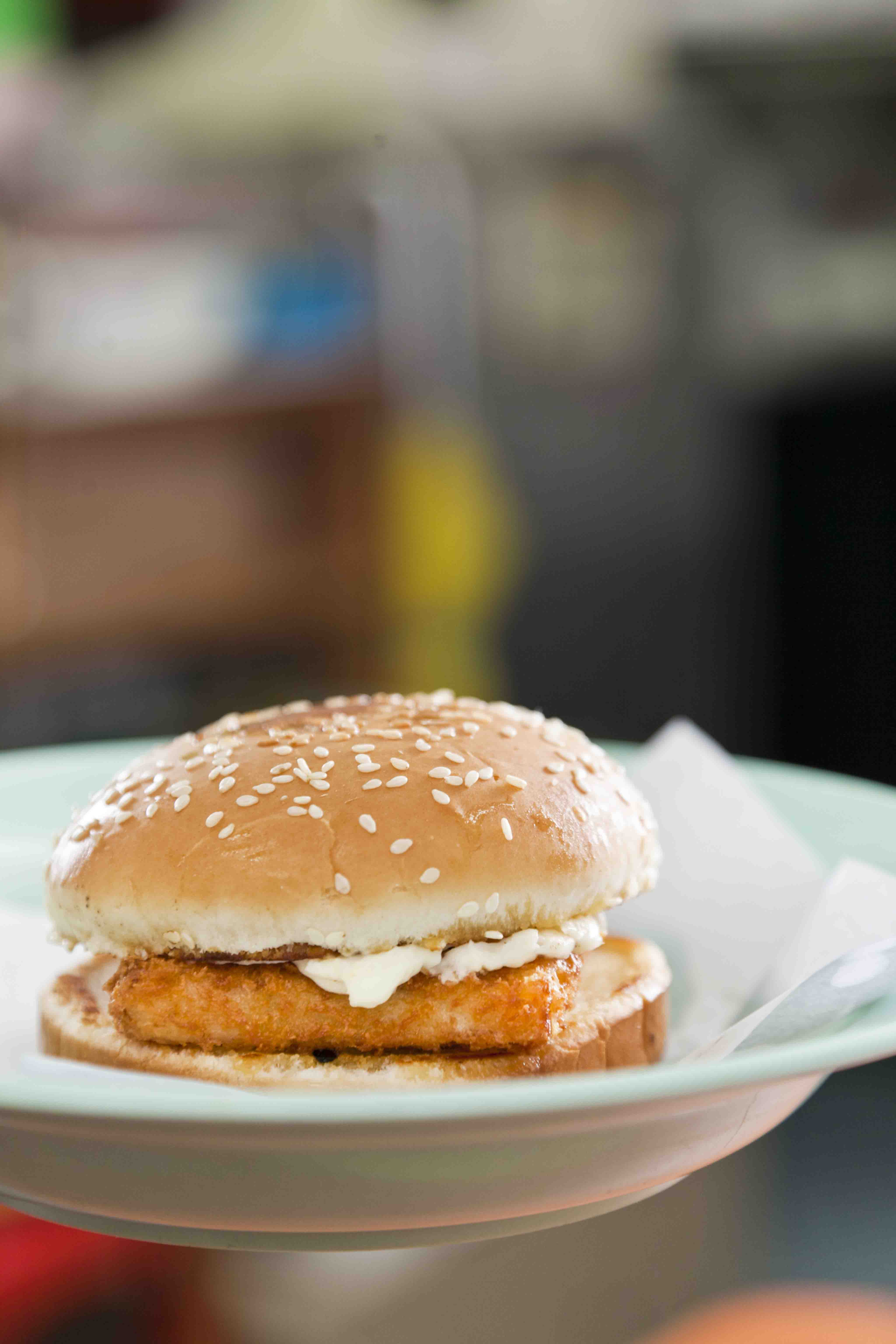 魚柳包 $14新鮮炸起的魚柳香脆,仍能吃到魚肉的纖維,簡單配上沙律醬,便是經典的港式漢堡。