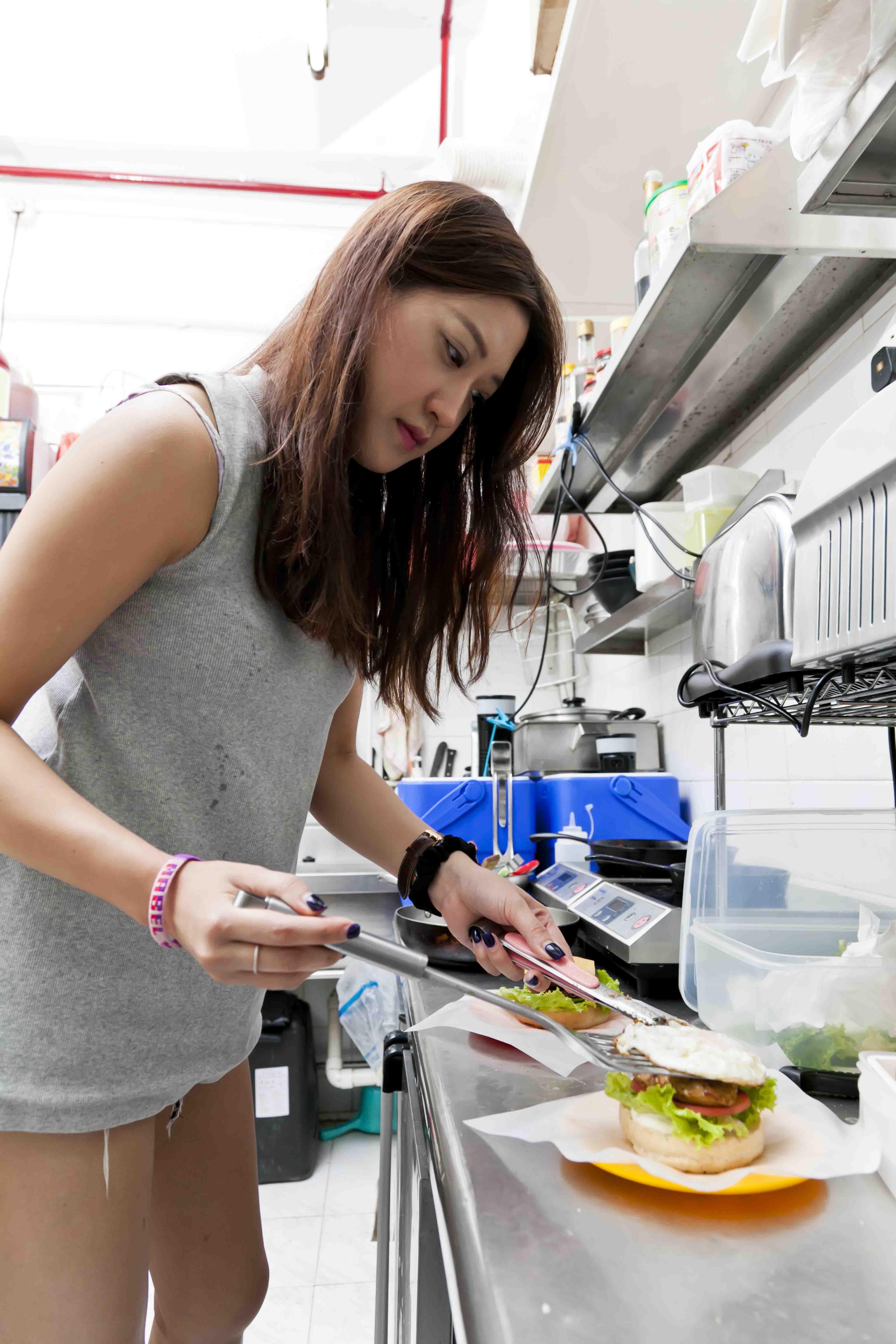 Mabel嘉寶小食負責人店主的妹妹,打理店內事務,對製作亦瞭如指掌。