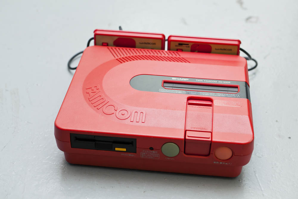 任天堂推出的一體式紅白機加磁碟機,從未在香港發售。
