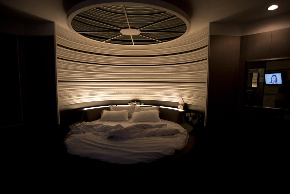 九龍塘至今仍屬高級時鐘酒店集散地,部分酒店模仿日本情侶酒店設計,如房間設計成異國風情的主題如法國巴黎,附設按摩浴池、性玩具、可形成波浪的水床等,又有房間四方八面放滿鏡子的俗稱「水晶房」。