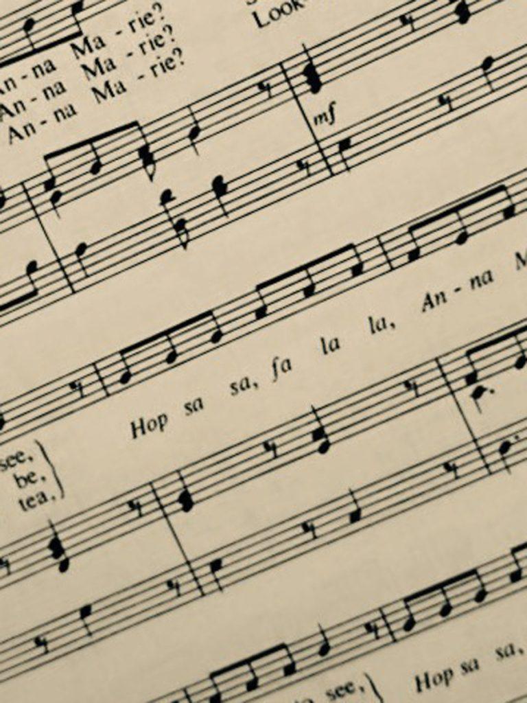 香港學校音樂節,彈琴伴奏的Pat忽然忘記曲譜,忍受不了彈得不成章法,惟有停下,令歌者也被迫停下。那刻Pat尷尬非常,內疚影響歌者,還有被評判批判目光而感到不自在,她一直記不清那刻細節,這已是十年前故事。